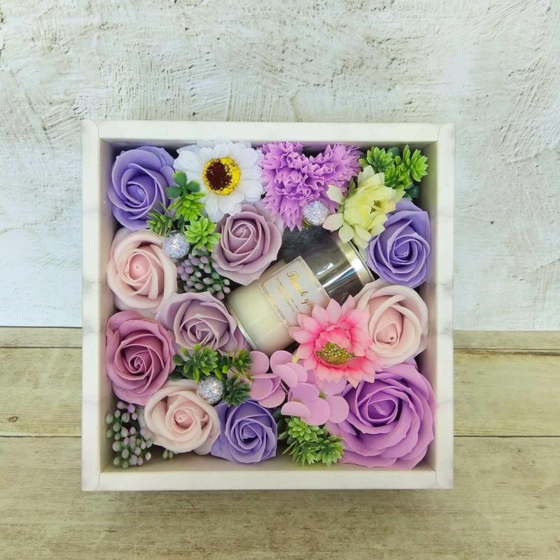 Lila szappanvirág doboz gyertyával