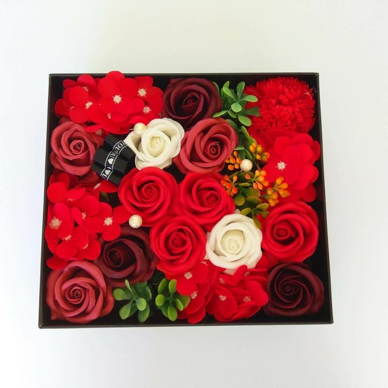 Piros szappanvirág doboz