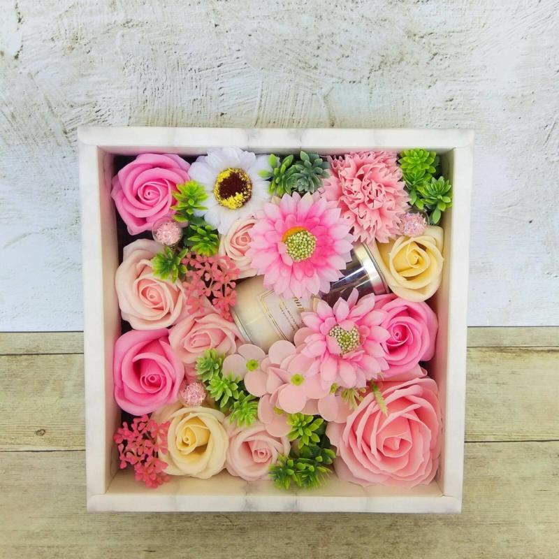 Rózsaszín szappanvirág doboz gyertyával
